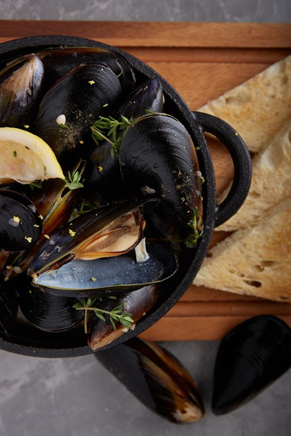 LADY L : Moules Mariniere (black mussels in white wine sauce)
