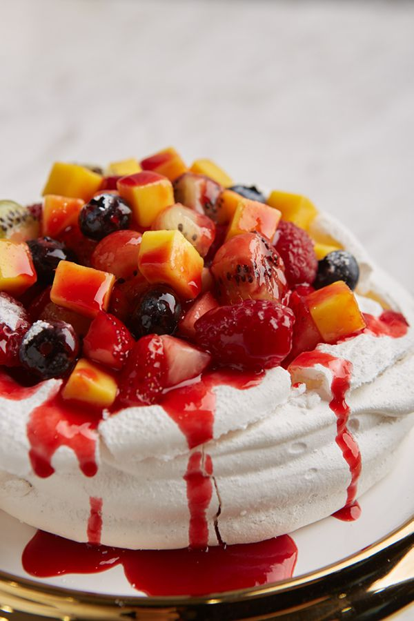 LADY L : Pavlova with mixed berries